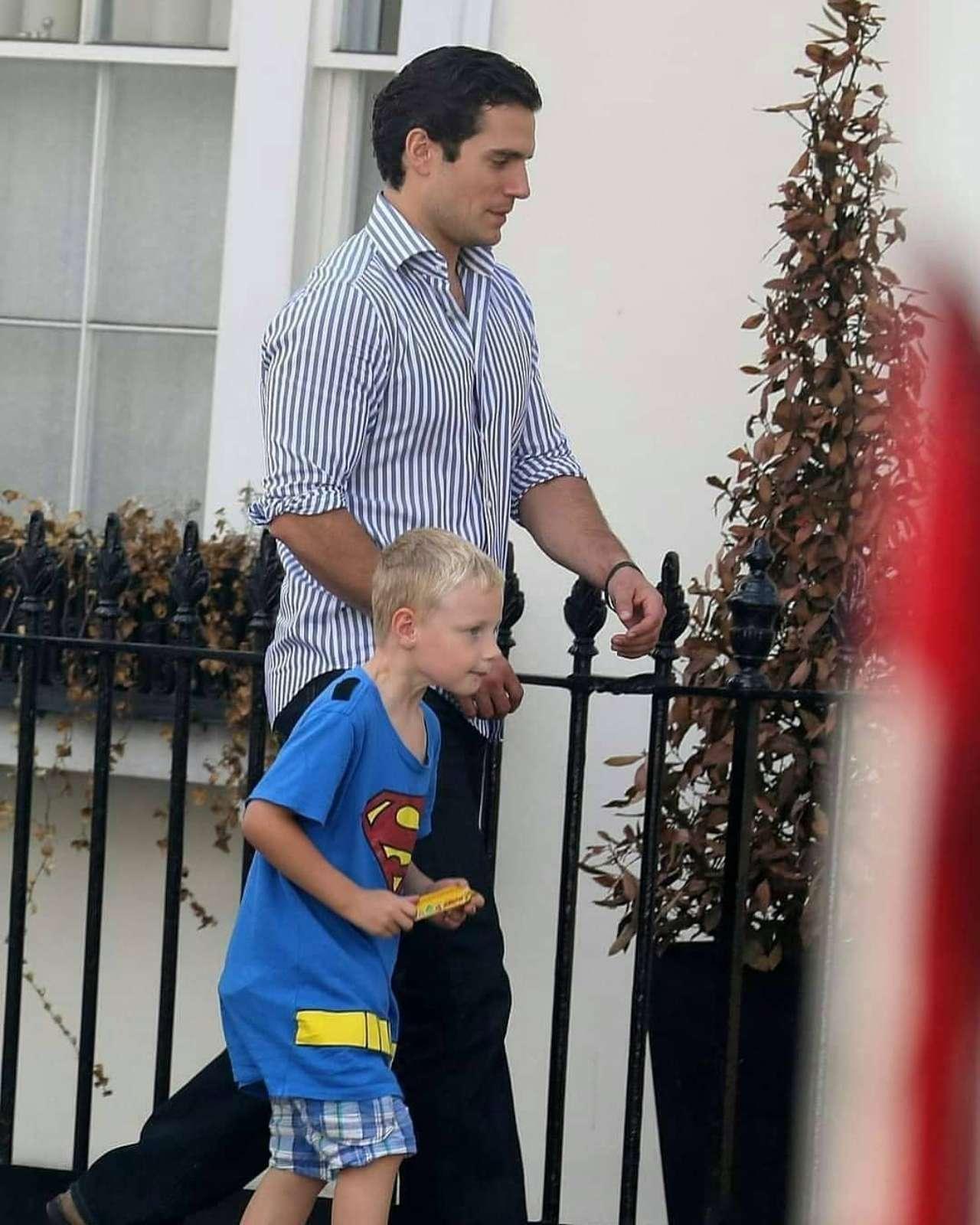 Henry Cavill llevó a su sobrino Thomas a la escuela