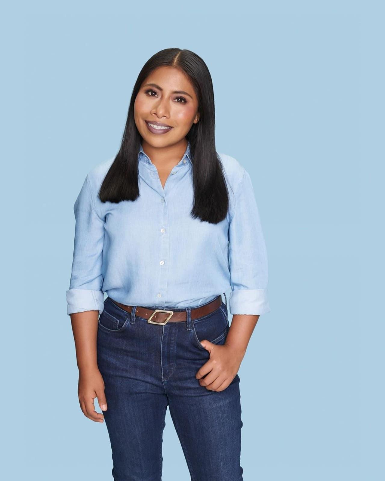 Yalitza Aparicio dona contra la deserción escolar