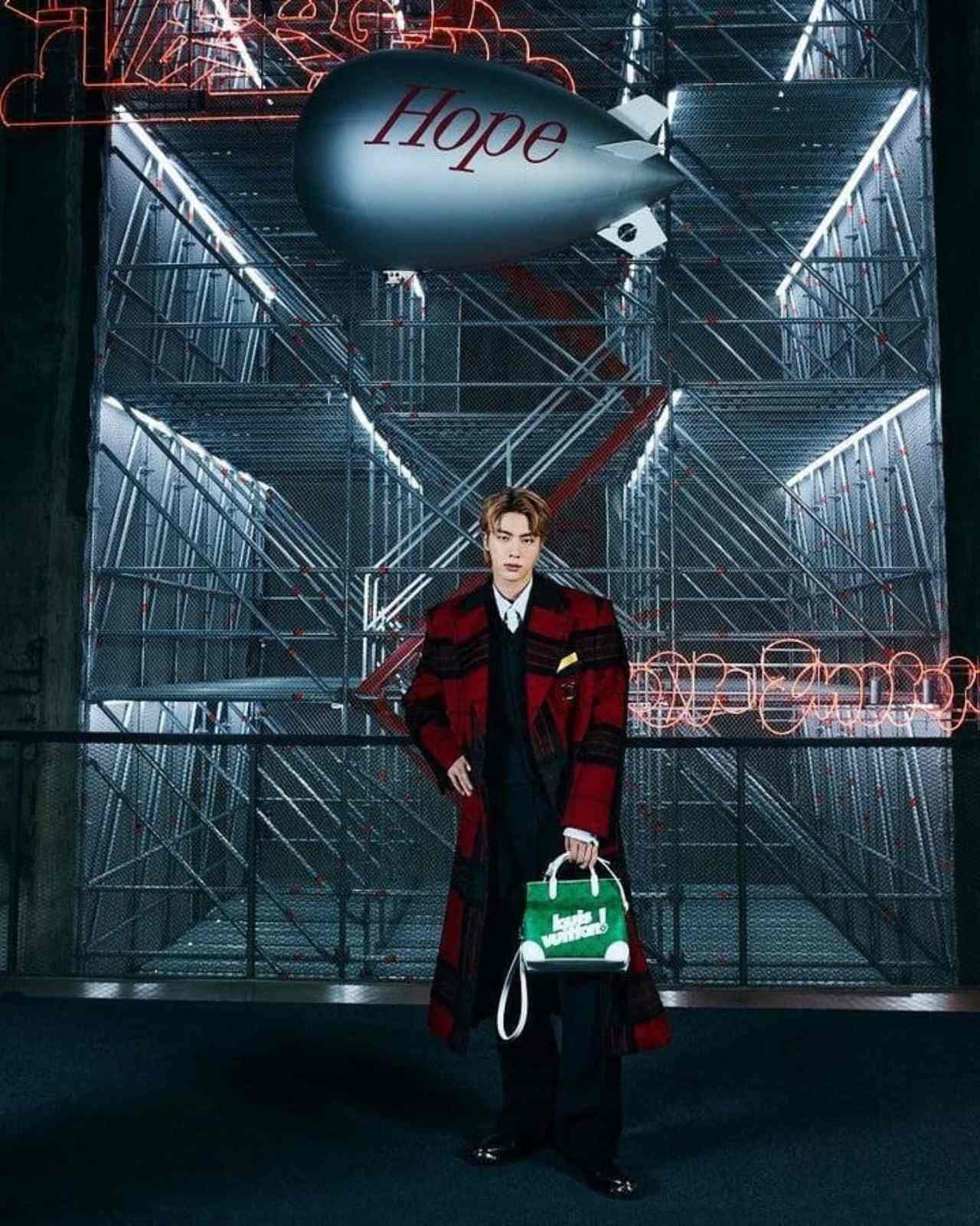 BTS desfilando en Louis Vuitton firma