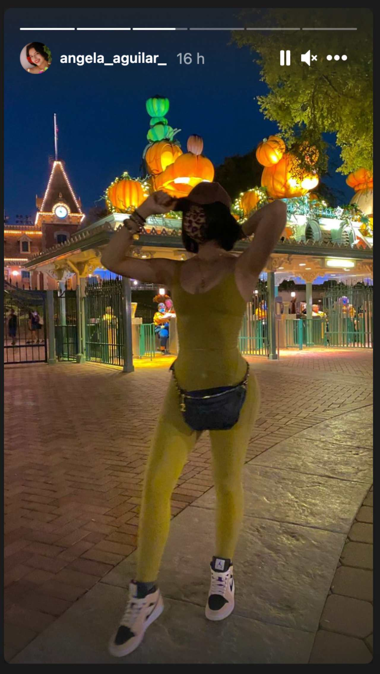 Ángela Aguilar sorprende con body amarillo de lycra