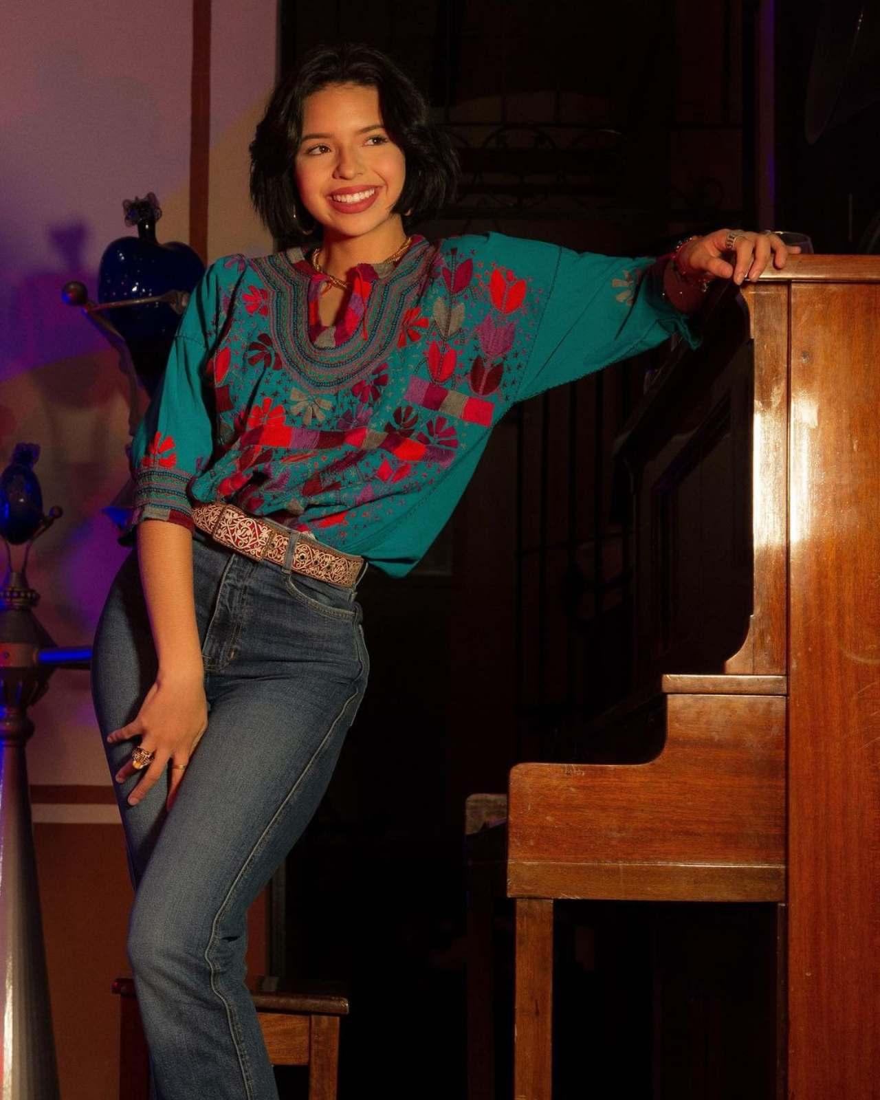 Angela Aguilar jeans blusa bordada mexicana