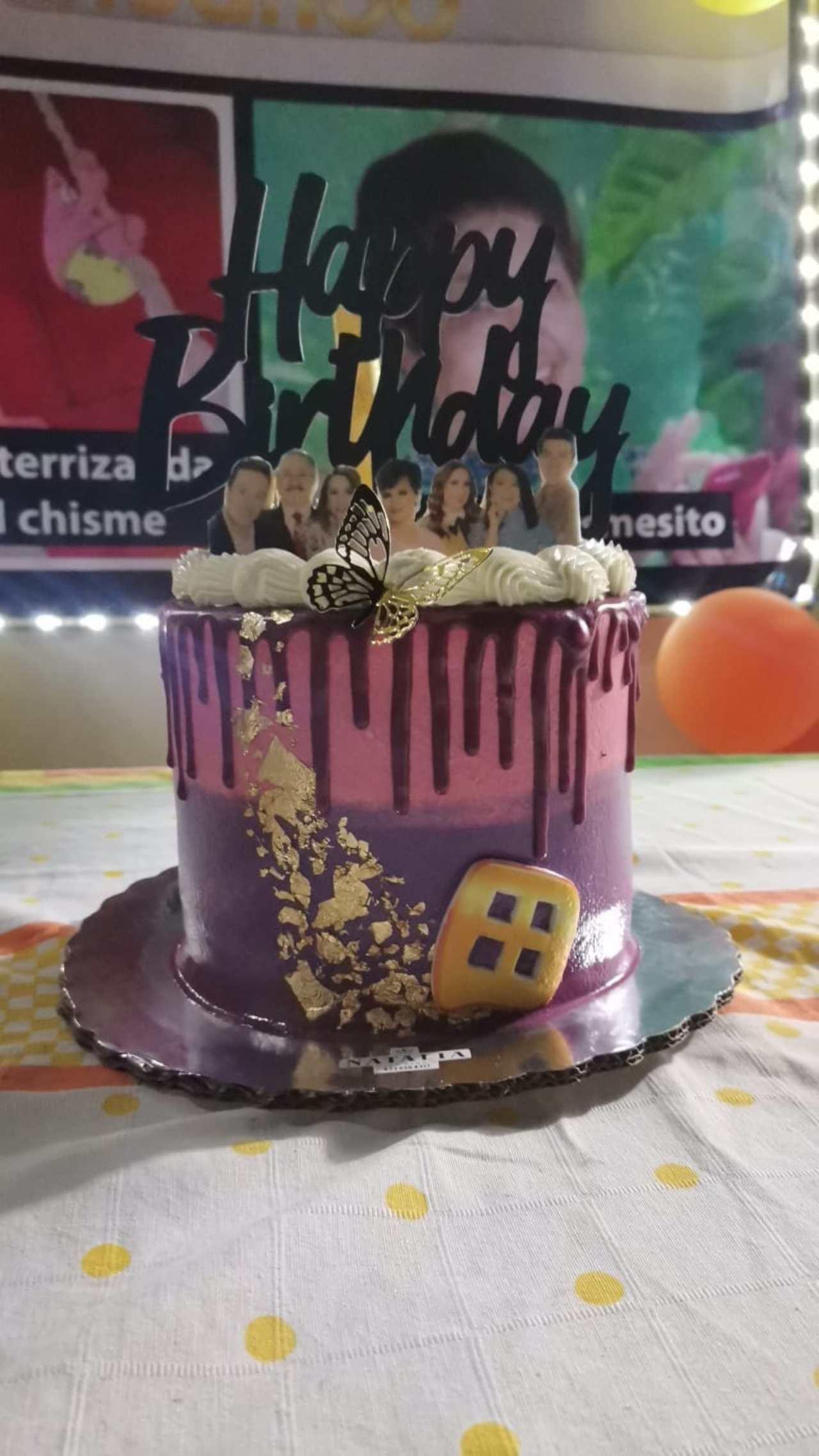 Mujer festeja cumpleaños fiesta temática Pati Chapoy
