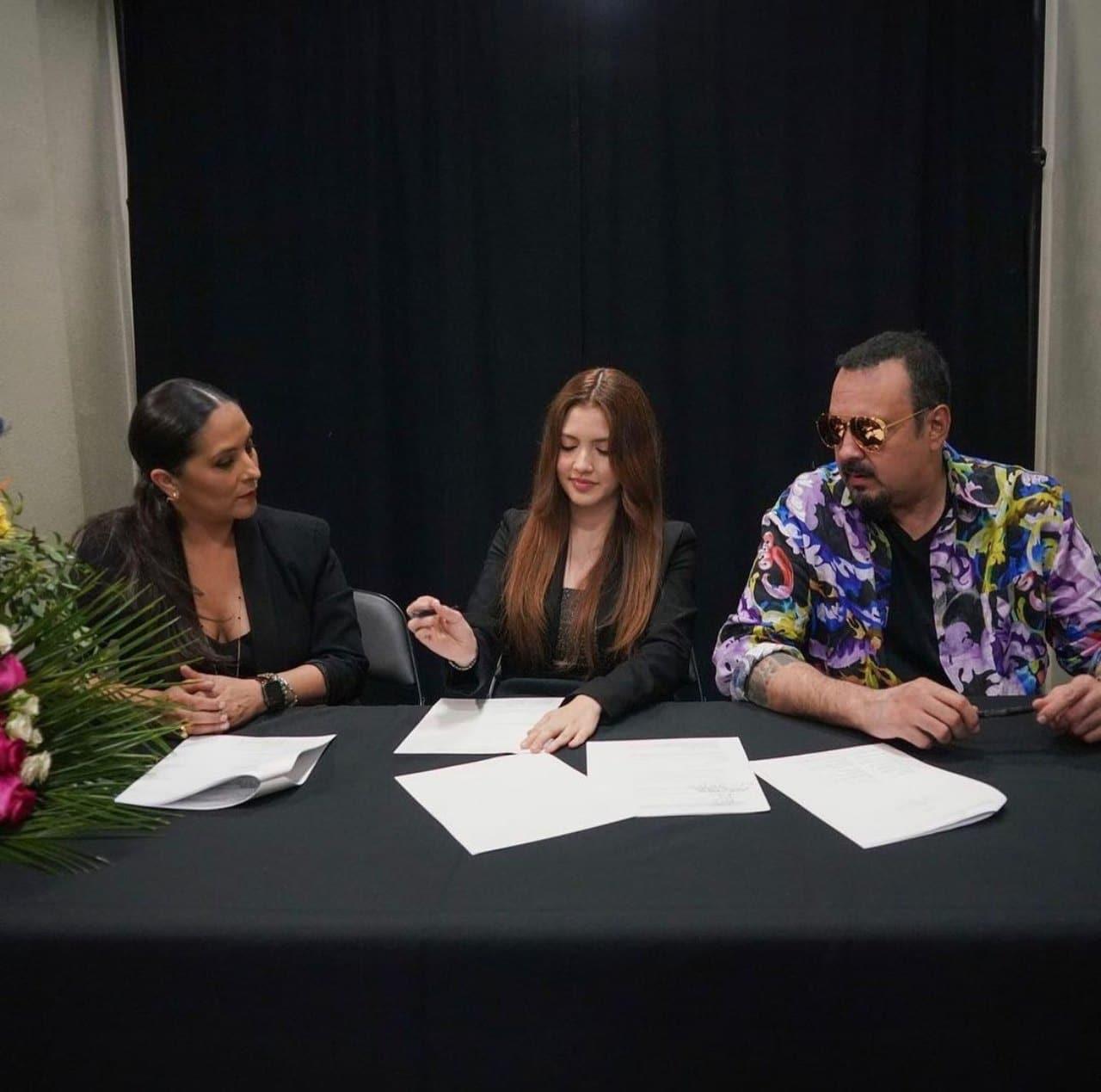 Pepe Aguilar firma disquera competencia hija