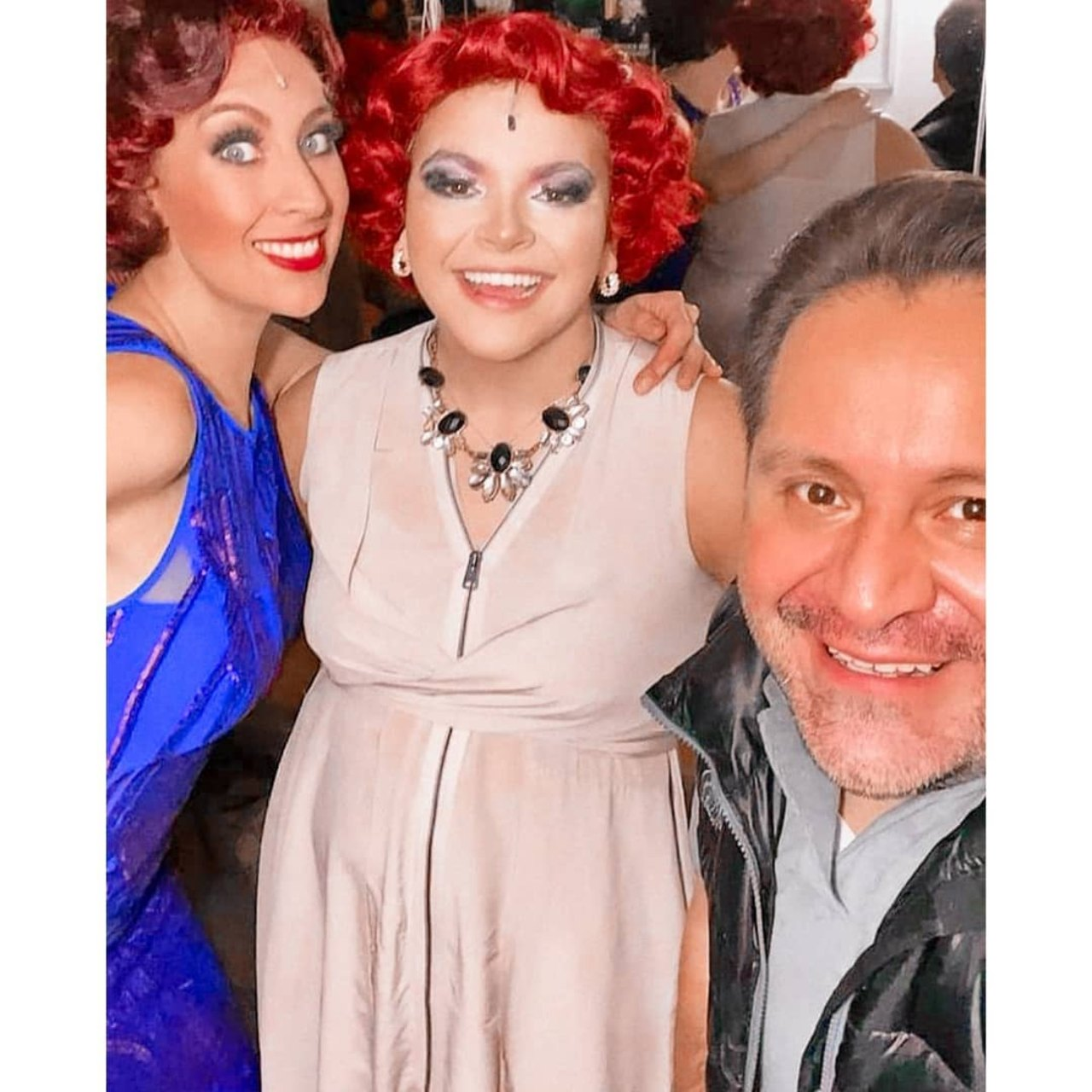 Lucero Mijares vestido satinado obra teatro