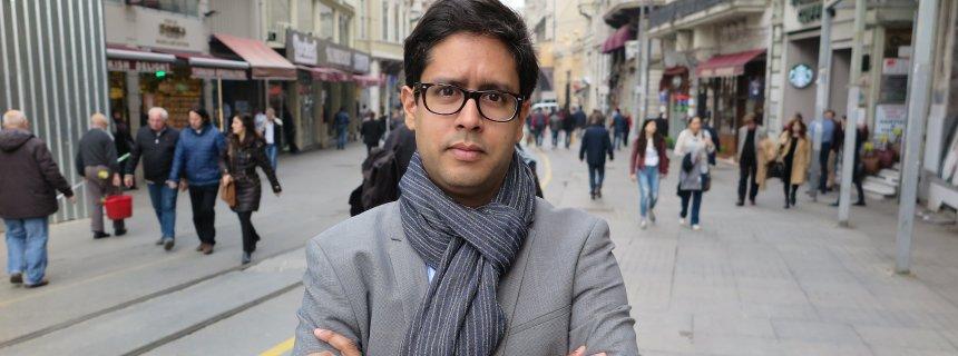 Hasnain Kazim, bisheriger Türkei-Korrespondent des Nachrichtenmagazins «Der Spiegel», posiert am 01.03.2016 in Istanbul, Türkei. Foto: Can Merey/dpa (zu dpa «Keine Akkreditierung: «Spiegel»-Korrespondent verlässt die Türkei» vom 16.03.2016) +++(c) dpa - Bildfunk+++