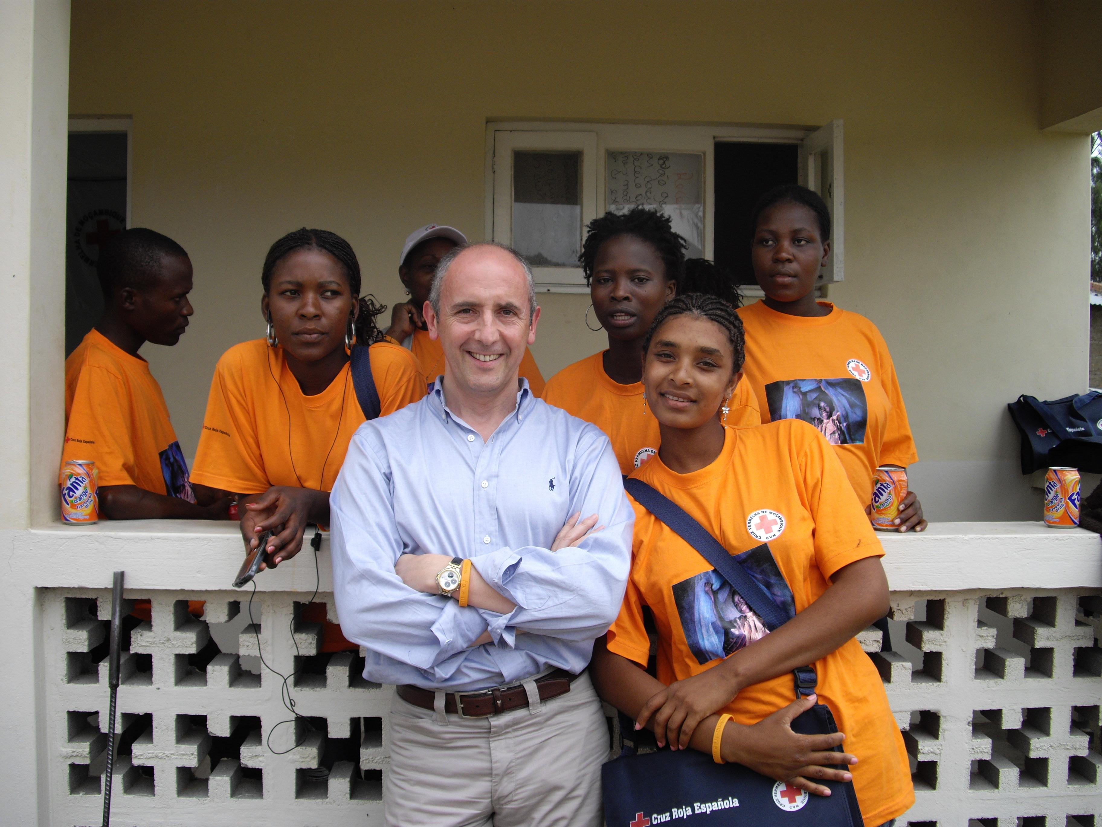 Con unas voluntarias de la Cruz Vermelha en su sede de Catembe