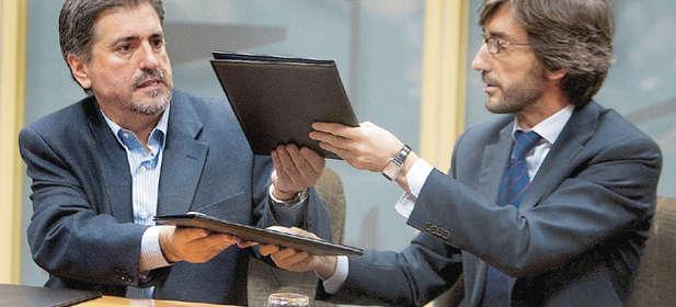 Oyarzabal intercambia papeles con Eguiguren durante la conformación del bipartito áulico vasco