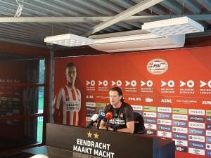 Trainer Faber deelt zijn besluit met de pers. Foto: Rik Elfrink/ED