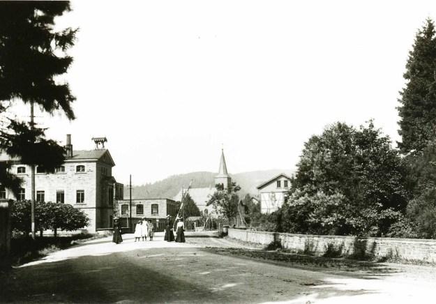 Vorne die Fabrik, hinten die Kirche, um 1900