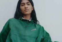 Una modella posa con una maglia Prince di Zara