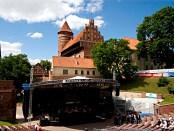 Olsztyn: Alt und Neu – Amphitheater vor dem Schloss