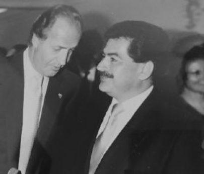 Ernesto Panamá conversa con el Rey Juan Carlos de España.