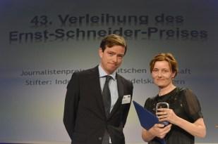 Laudator Boris Lochthofen (Geschäftsführer Radio PSR), Preisträgerin Martina Meißner (WDR)