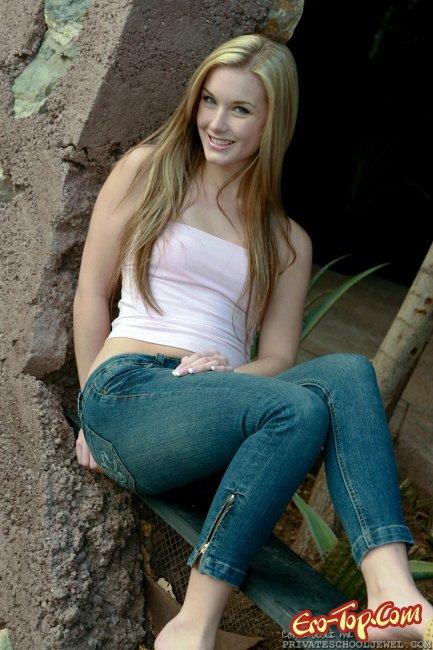 Девушка снимает джинсы с попы - фото эротика.