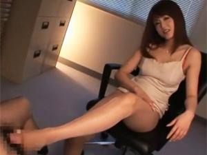 パンスト足で足コキしてツルツルの太モモにチンポを擦りつけ大量射精させる痴女OL 吉沢明歩