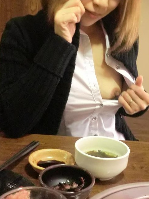 【店内露出エロ画像】飲食店で衣服をはだけさせてオッパイを晒す素人変態女…目撃したら勃起不可避だよwww-05