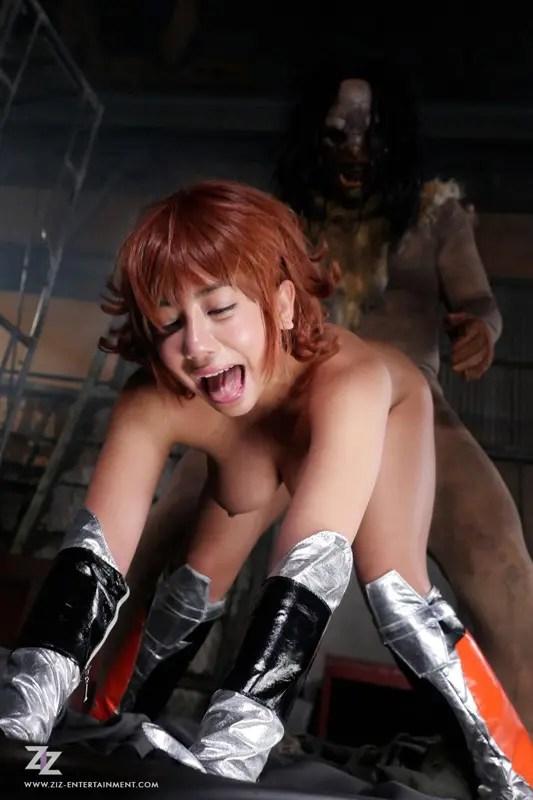 h 826zizg00015jp 15 - 実写AV!松本メイ演じる対魔忍さくらがギロチン拘束され凌辱輪姦の果てに快楽堕ちして雌豚に!