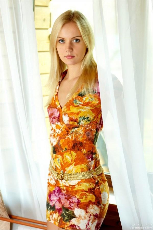 Sara снимает с себя летнее платье 14 фото 187 Eromodels