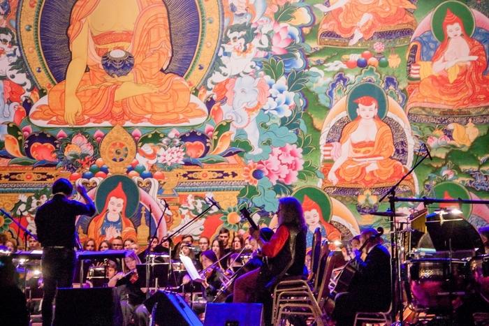 Борис Гребенщиков, «Аквариум» и симфонический оркестр. Концерт после учений Далай-ламы в Риге (2016). Фото © Татьяна Парфёнова