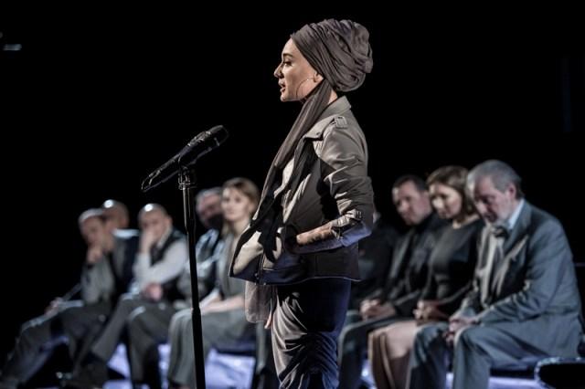 Чулпан Хаматова в спектакле «Иранская конференция». (Фото © Ира Полярная)