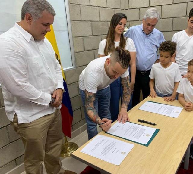 Nacho y su familia recibieron nacionalidad colombiana del presidente Duque #23Feb (Fotos)