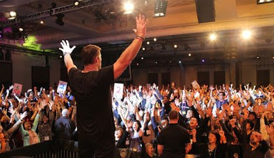 tony robbins giving a speech