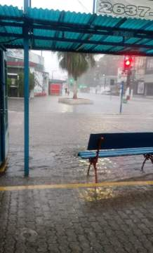 Rua Almeida Fagundes, Centro de Maricá | Foto recebida via WhatsApp do ErreJota Notícias.