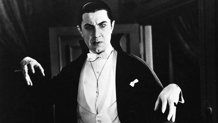 Dracula debout les mains écartées, semblant jeter un sort