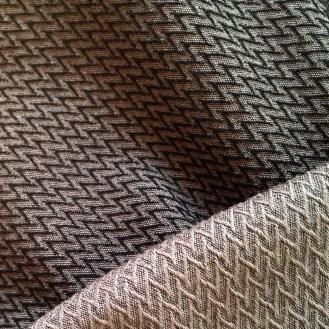 schwarz-grauer Wollstretch mit Zackenmuster aus Baumwolle/Wolle/Elastan