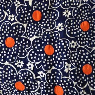 dunkelblaue Webware mit Blumen, Punkten und Crinklestruktur aus Baumwolle