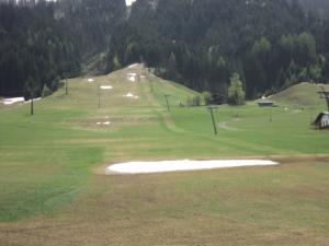 30-04-2012-bild-6-skipistenareal-mt-belebtem-kunstschneefeld-im-vordergrund-zu-mittag