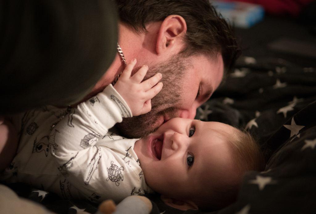 Papa schmust mit Baby