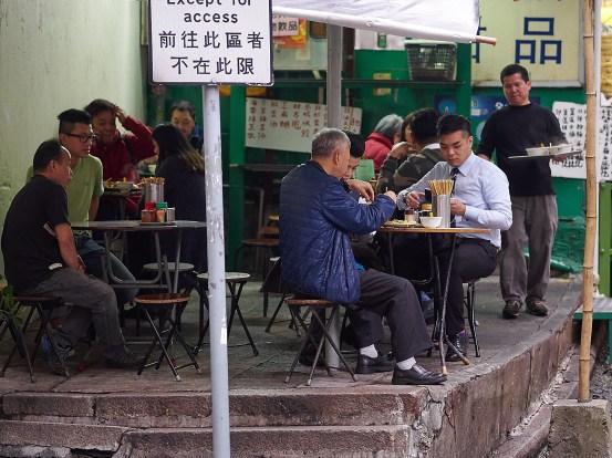 Lokale restauranter klorer seg fast der det er rom. Sånne finner du i alle krinkler og kroker av Sheung Wan.
