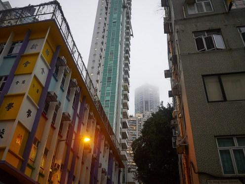 Skylaget ligger lavt over Central. Ikke skjelden forsvinner høyhusene i tåkeheimen.