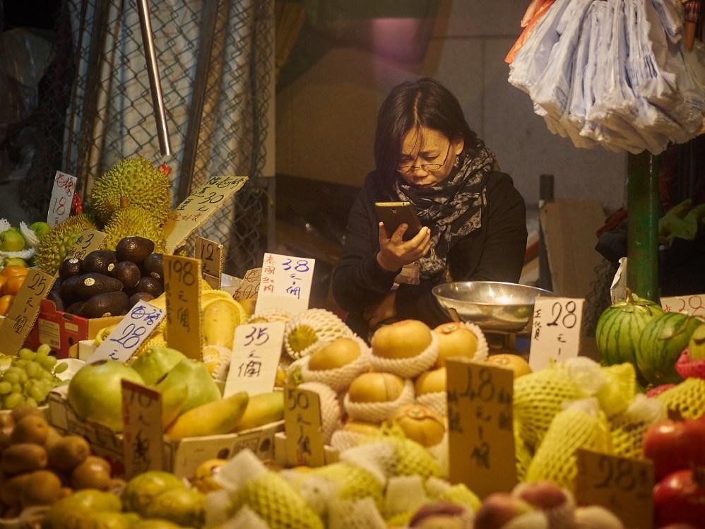 Også i Hong Kong er mennesker velsignet med smarte telefoner å fylle tiden med. Er det Candy Crush eller en melding fra mor om at hun må ta med litt frukt hjem?