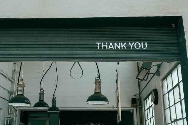 Lampen en thank you tekst op roldeur