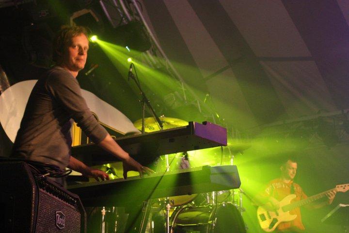 Koert op zijn favoriete plek achter de piano's bij OnCue coverband