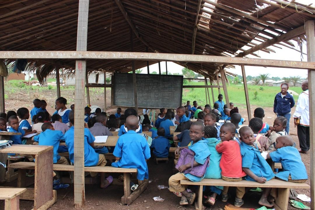 Dorpsschool met Afrikaanse kinderen