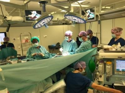 Chirurgen van het Erasmus MC aan het werk tijdens een wakkere hersenoperatie.