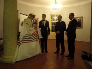 А.Лаанеотс передает ФУ флаг.