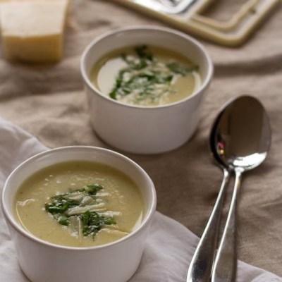 Snel recept voor aardappelsoep met Parmezaan en basilicum