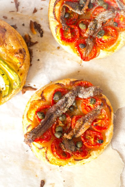Hartig bladerdeeg tomaten ansjovis taartje