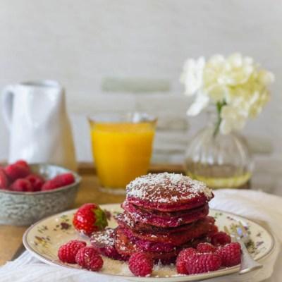 Pannenkoekjes voor het ontbijt met rode biet