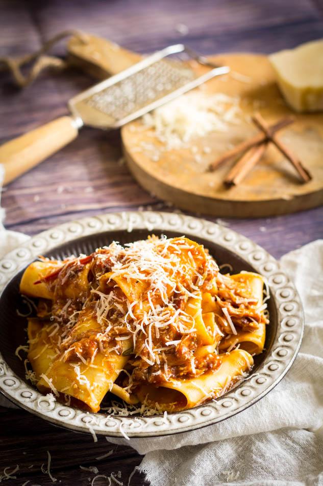 Pastasaus met konijn tomaten en kaneel ragu