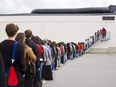 Los 12 Trabajos Más Extraños Del Mundo  Esperar en la fila