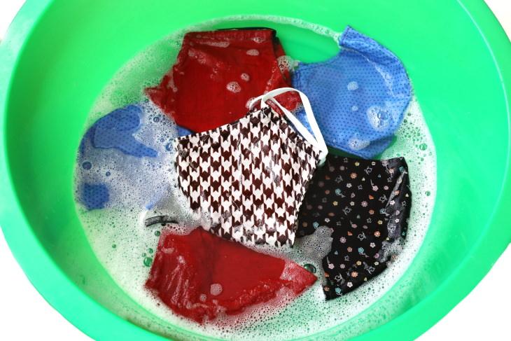 Errores al limpiar tu cubrebocas Lavar tus cubrebocas con agua fría