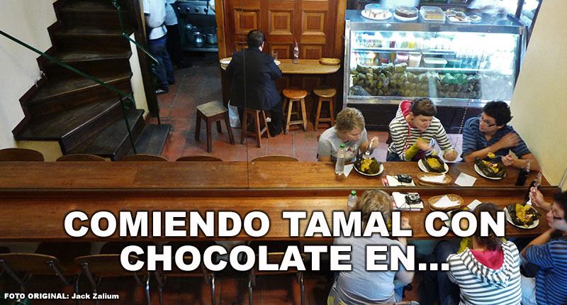 Comiendo tamal con chocolate en...