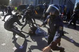 Madrid: Los antidisturbios rodean a un joven caído en el suelo. Foto de la página de Facebook «AntenapezTV»