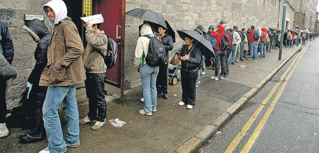 Queue outside a soup kitchen. Photo from the blog «Verdad y justicia, por Dios» [Truth and Justice, for God's sake]