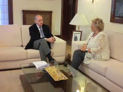 The Minister of the Interior, Jorge Fernandez Diaz, receives the president of the Association of Terrorism Victims, Angeles Pedraza. Photo from the Ministry of the Interior website.